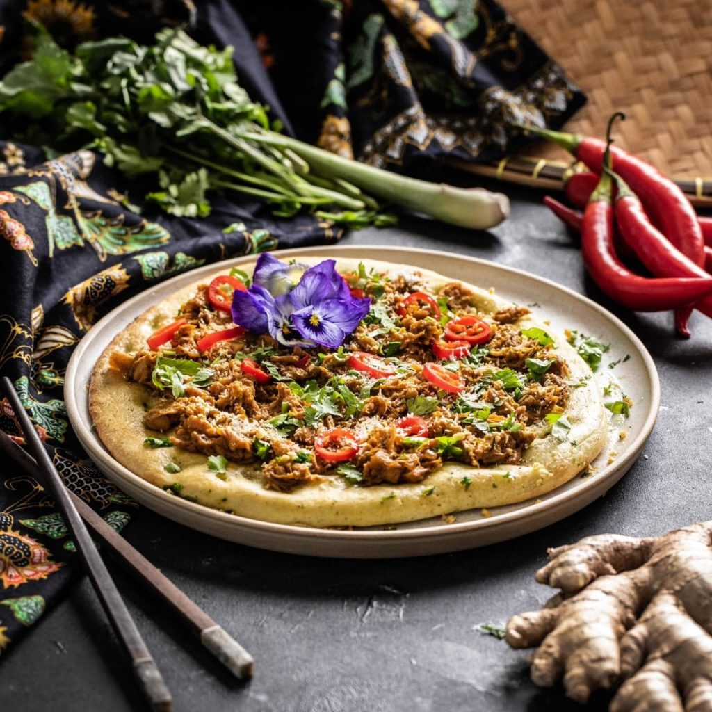 Vegan rendang pizza