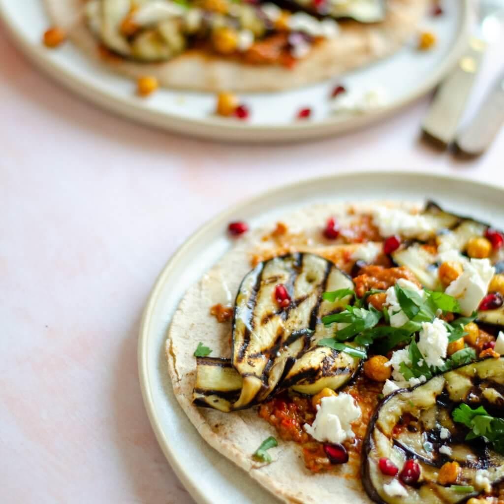 Flatbread met muhammara, gegrilde kikkererwten en gegrilde aubergine