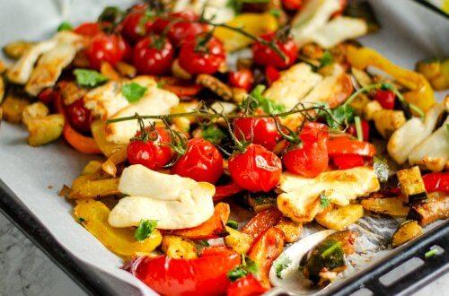 Vegetarische halloumi traybake